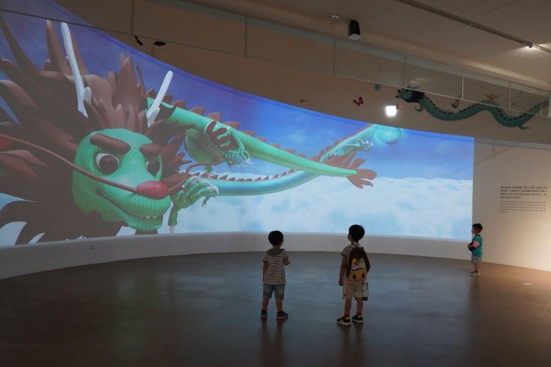 參加展場導覽的小朋友被一樓巨幅弧形影片吸引,顧著看傳藝動物結果脫隊了。