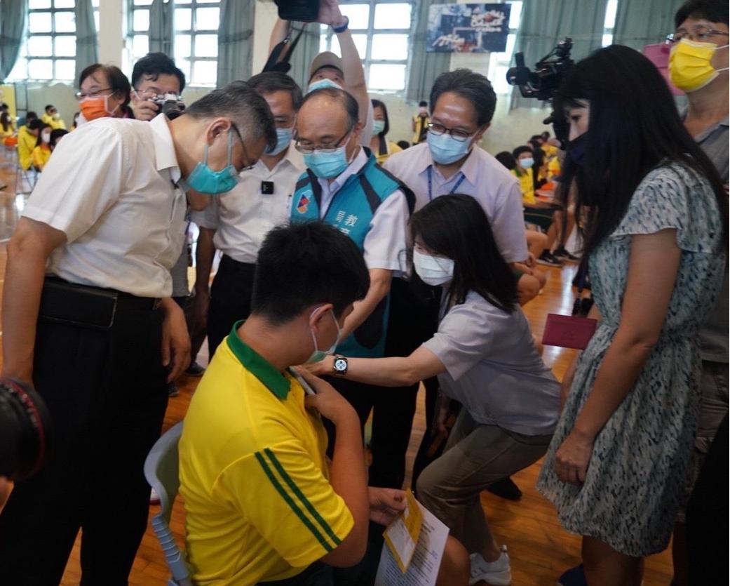 臺北市長柯文哲至育成高中視導學生BNT疫苗施打情形。