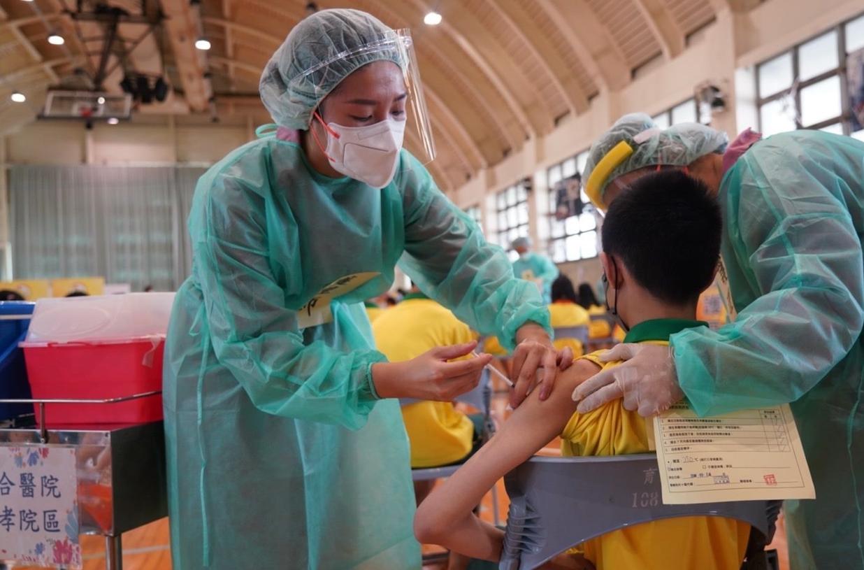 22日上午與北市聯合醫院忠孝院區共同為年輕學子接種,分為6梯次進行 ,每梯次288人。