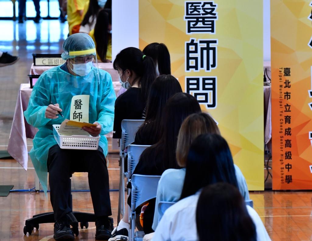 BNT疫苗22日起在全臺部分縣市地區開始進行施打作業,臺北市育成高中做足準備。