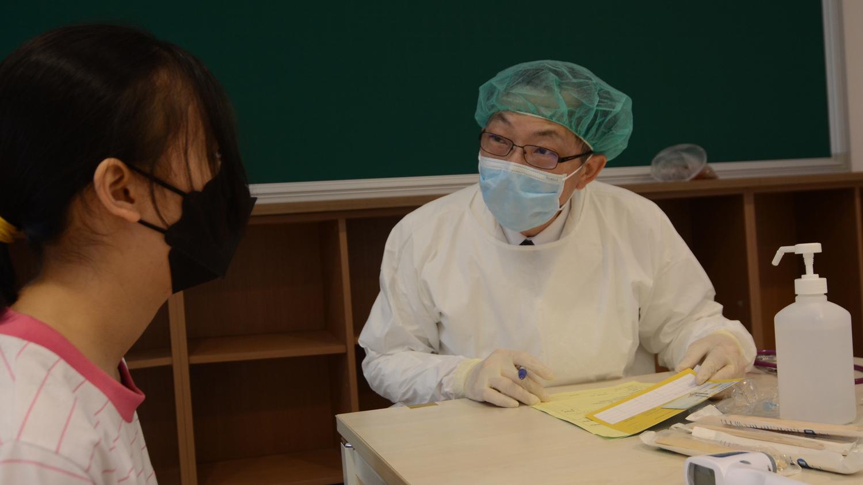 施打疫苗前,學生們經醫師問診,始可進行接種。