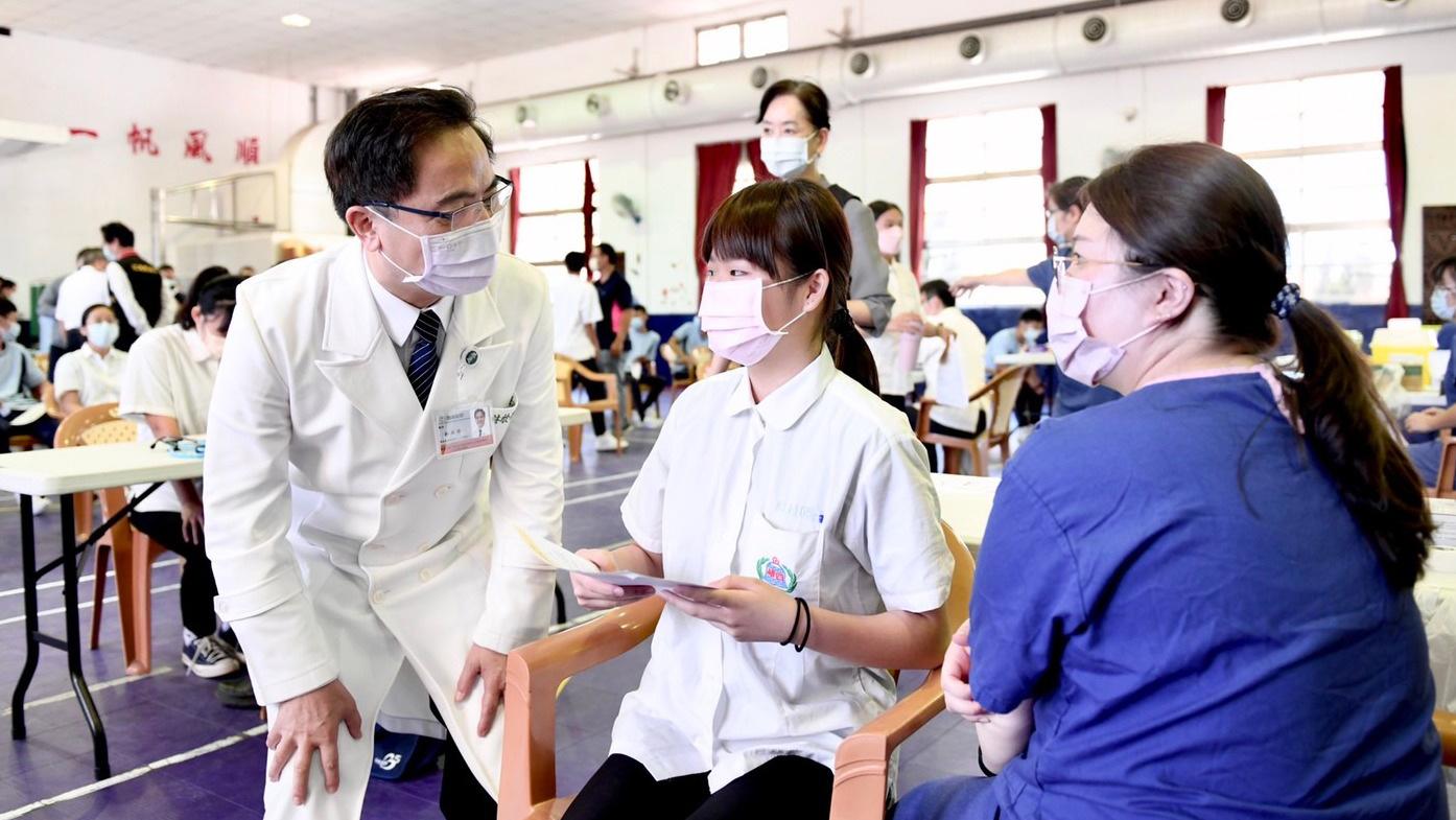林欣榮院長關心學生接種疫苗的情況。