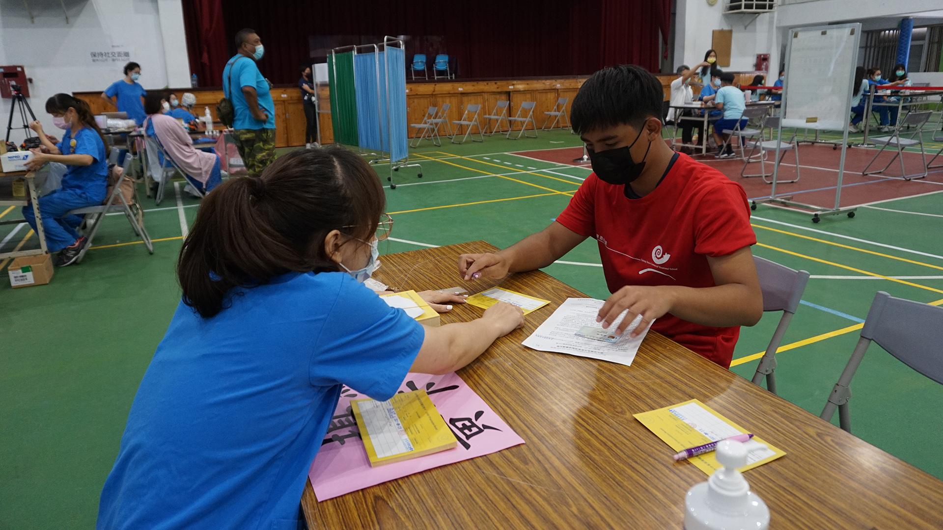 接種BNT疫苗的黃禹燁同學說台積電、鴻海(永齡)、慈濟捐贈BNT疫苗,讓我們也可以安心接種疫苗。