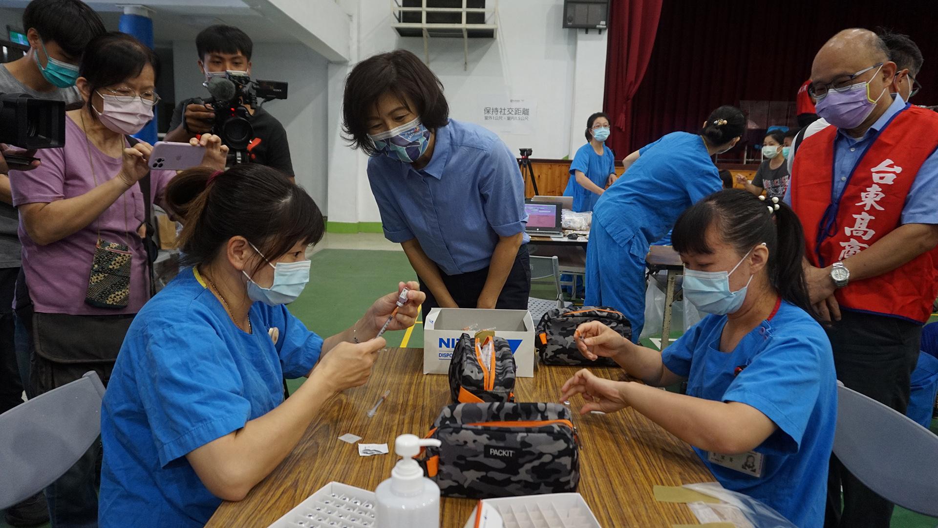 臺東縣長饒慶鈴並向支援的現場醫護人員表達感謝。