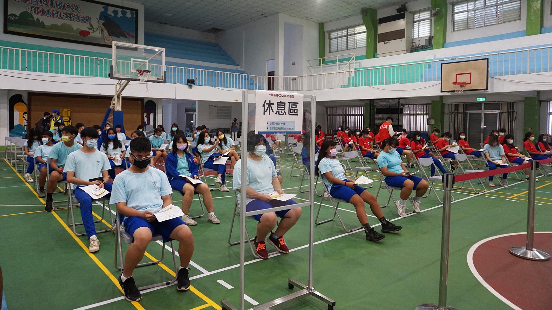 同學接種疫苗完在休息區也用身心靈隨著現埸音樂放鬆。