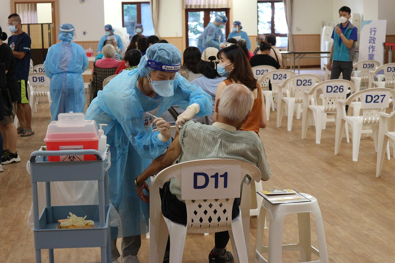 慈濟八德靜思堂苗接種站,25日開始運作,本次主要為第九期桃園市75歲以上長者進行第二劑莫德納疫苗接種。