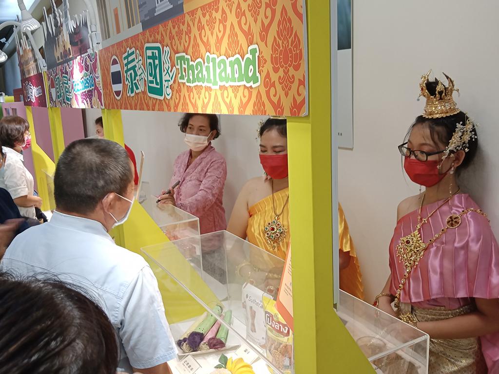 南投慈濟結合國立科工館展出「憶兒時:南方童樂會」特展,由新住民介紹母國特色。