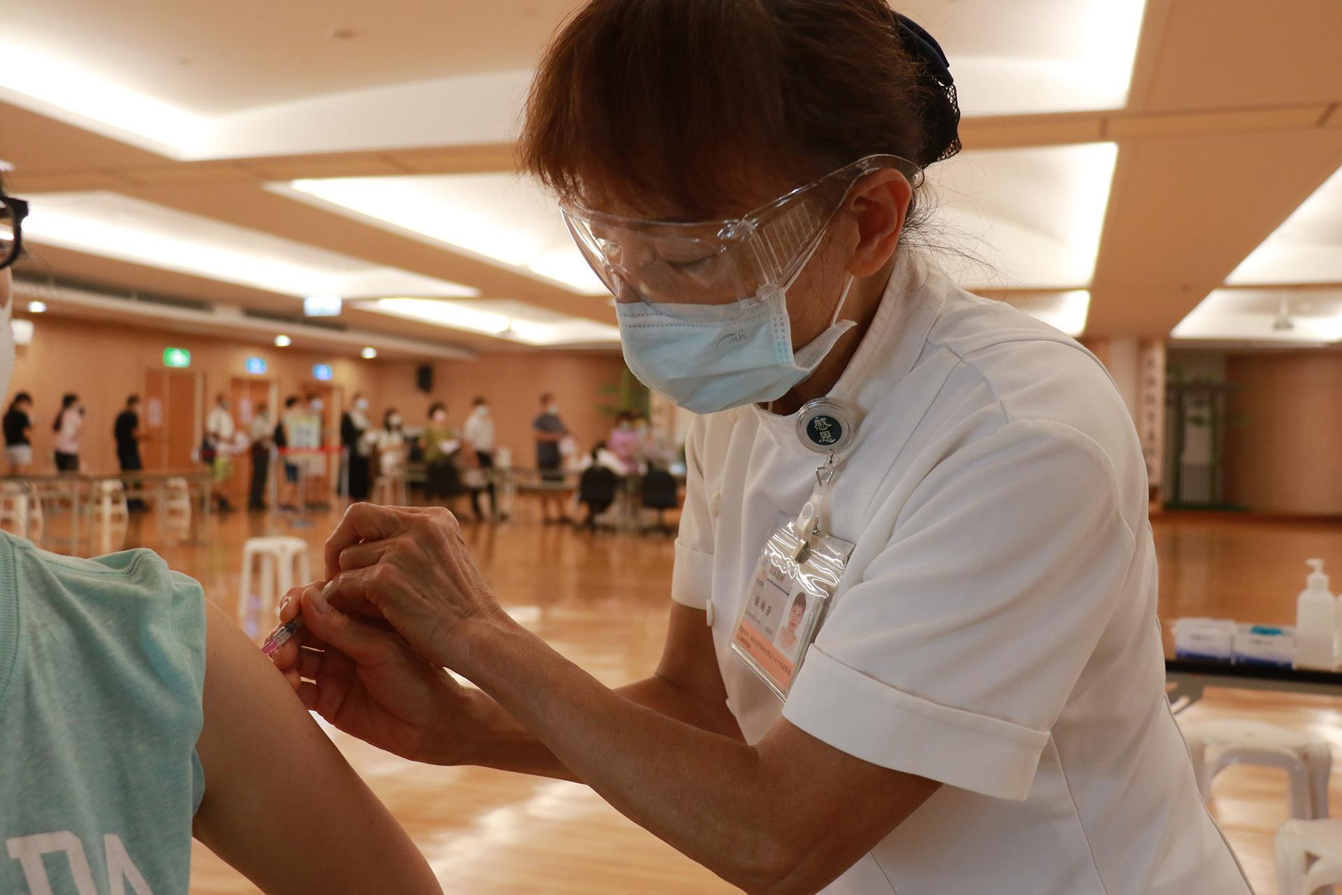 護理人員為民眾接種BNT疫苗同時,也叮嚀不要按揉。
