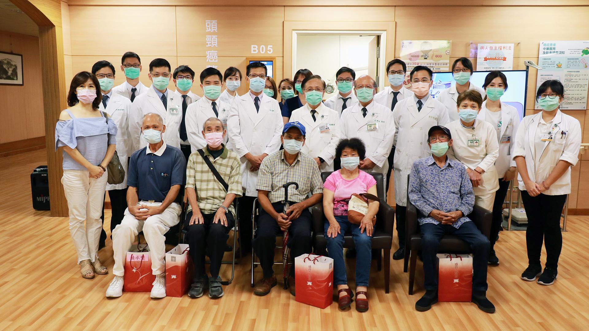 五位八十歲以上頭頸癌病人(第一排)受邀見證耳鼻喉科整合門診啟用,並與團隊合影。