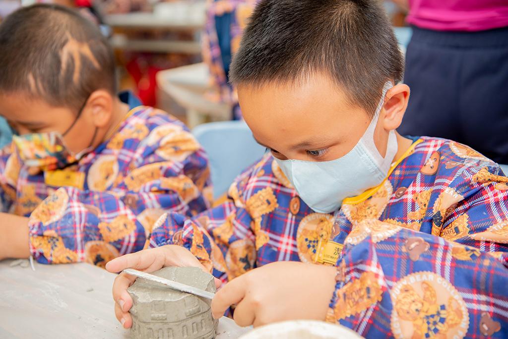 紅葉國小小學生非常專注地製作屬於自己的水泥盆器。